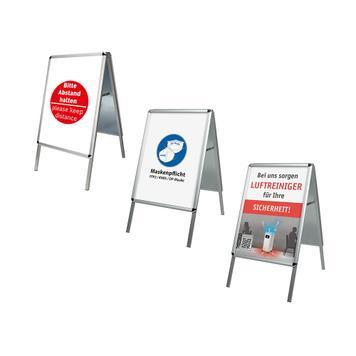 Stoepbord met verschillende posters