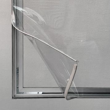 Aluminium stretchframe scheidingswand met bodemvrijheid en een glasheldere banner